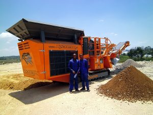 Two crusher operators in front of their  new Rockster R700S (Photo: Kormann Rockster Recycler GmbH)