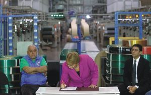 President Bachelet (center) and Pablo Badenier,  Minister of Environment (right), signing the law on May 17 (Photo: Reclay)